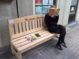 Die Bücherbank vor dem Quartiersmanagement Hellersdorfer Promenade in Aktion