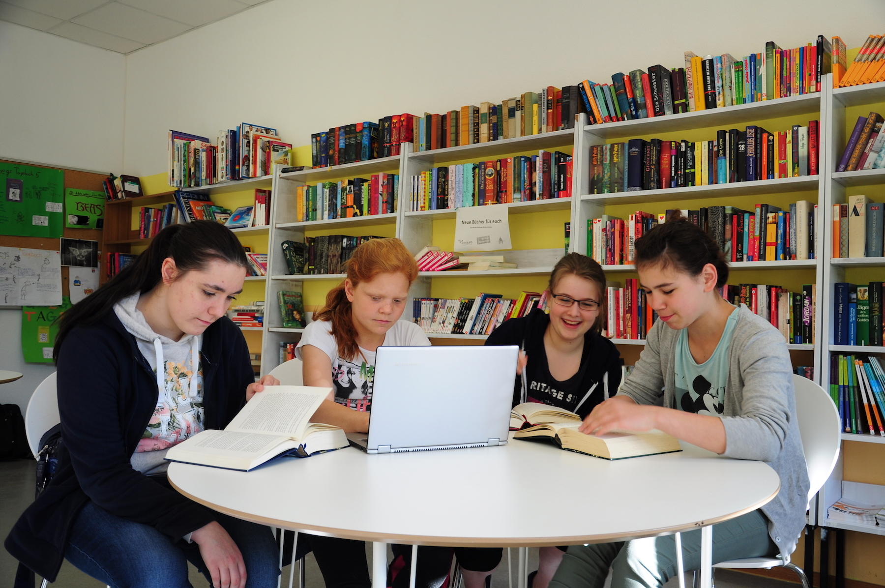 Gruppe von Mädchen in einer Schulbibliothek
